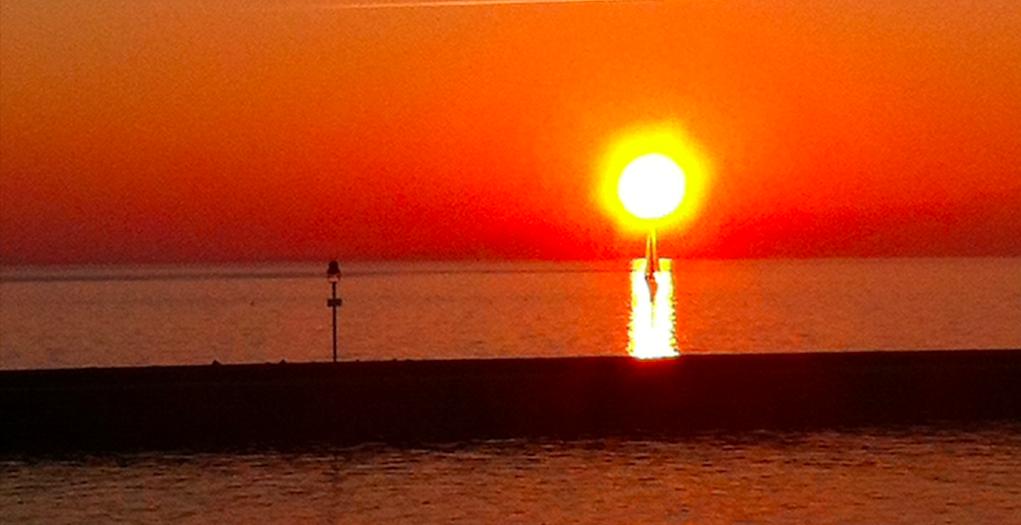 Veleiro ao pôr-do-sol.